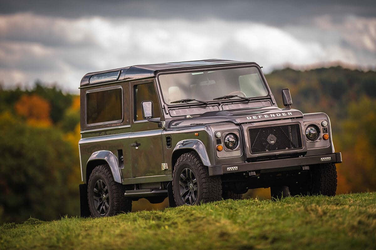 Land Rover Defender D90: Exterior 3/4 Front View