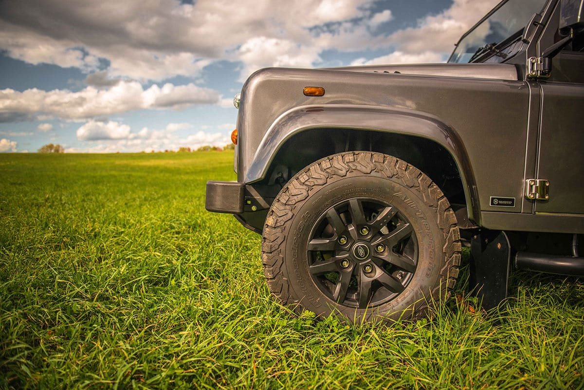 Land Rover Defender D90: Wheel and Tire