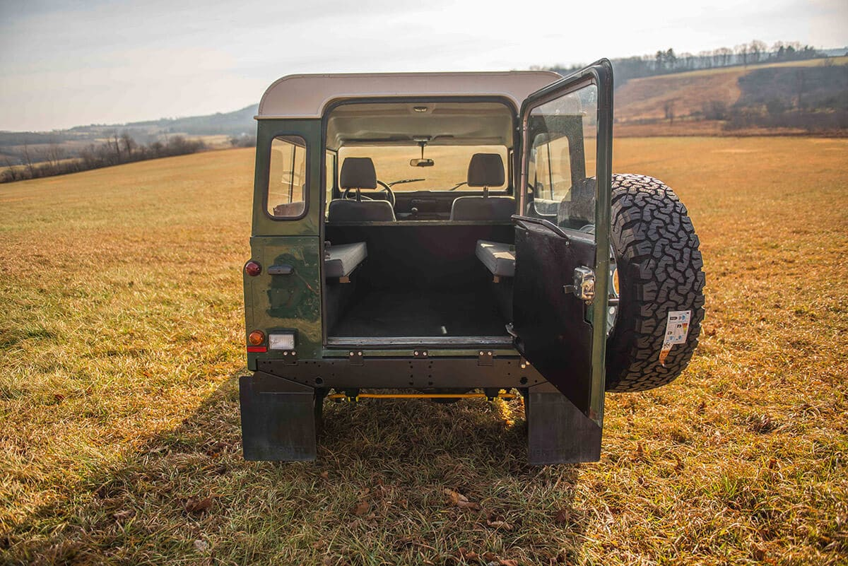 Land Rover Defender D90: Exterior Detail Rear Door