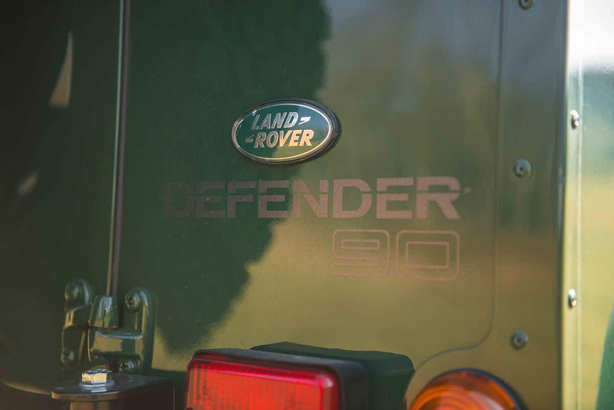 Land Rover Defender D90: Exterior Detail Insignia