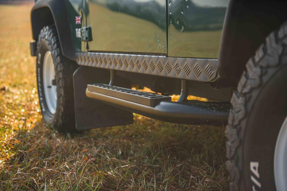 Land Rover Defender D90: Exterior Detail Side Sil