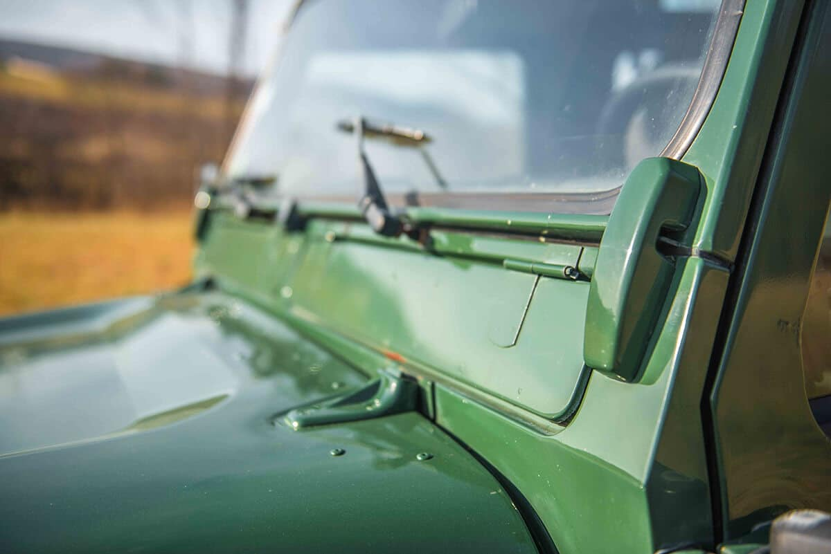 Land Rover Defender D90: Exterior Detail Windsheild